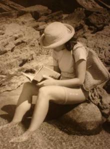 Llegint un llibre al mar