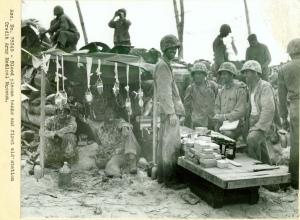 Campament de primers auxilis amb equips de transfusió de sang. Batalla de Tarawa. Cuartell general núm. 64,262. 2a Guerra Mundial.