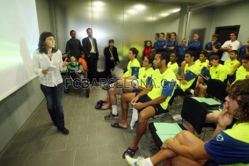 Elisabet Pedrosa dóna explicacions al primer equip. Foto: Miguel Ruiz